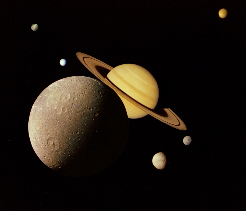 Saturn_System_Montage_-_GPN-2000-000439 Voyager 1980.jpg